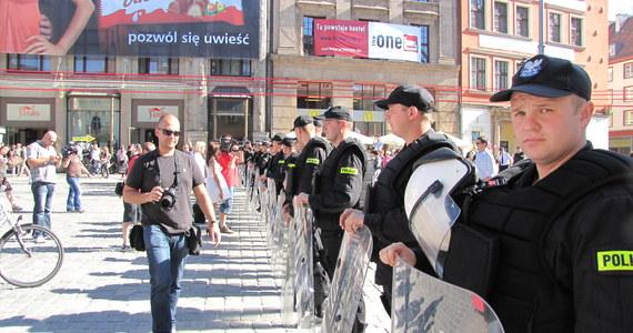 Trzy duże demonstracje sparaliżują do godz. 18 ruch w centrum Wrocławia. Zgodzili się na to urzędnicy, którzy twierdzą, że ręce wiąże im prawo. Tłumaczą, że muszą zgodzić się na każdy protest, który nie będzie zagrażał zdrowiu i życiu innych.