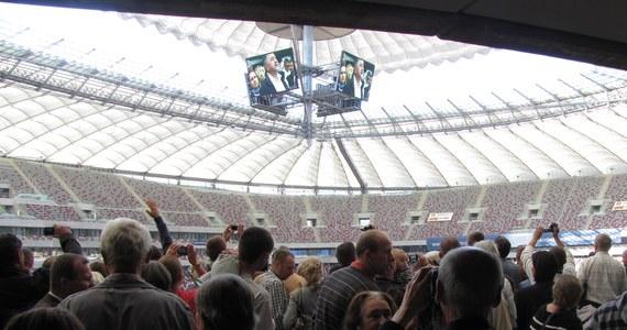 Kilkanaście tysięcy osób obejrzało dziś pierwszy publiczny pokaz zamykania dachu Stadionu Narodowego w Warszawie. Przez 15 minut membrana z tworzywa - przesuwając się na konstrukcji z lin stalowych - zamieniła obiekt w ogromną, krytą halę.