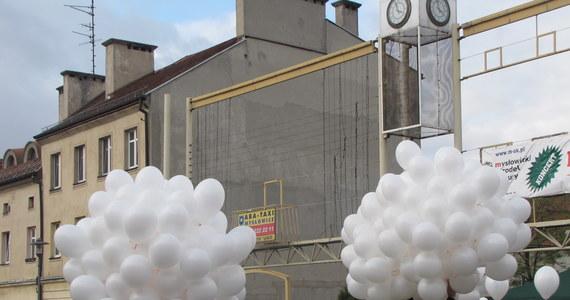W Krakowie i Mysłowicach tysiące balonów z imionami zmarłych dzieci wzbiły się w niebo. W ten sposób symbolicznie uczczony został Światowy Dzień Dziecka Utraconego.Co roku w Polsce w wyniku poronień i zgonów umiera ok. 50 tys. dzieci.