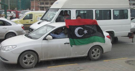 Szef polskiej dyplomacji Radosław Sikorski z wizytą w Libii. To pierwsza oficjalna podróż zagranicznego polityka do tego kraju po śmierci Muammara Kaddafiego. W delegacji jest kilku przedstawicieli firm, które prowadziły lub zamierzają prowadzić interesy w Libii, m.in. ze spółek paliwowych.