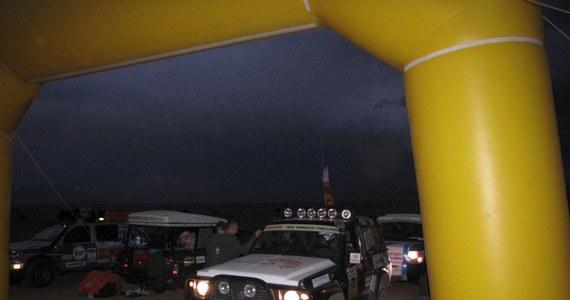 Strat do pierwszego odcinka specjalnego rozpoczął się wieczorem, dlatego kierowcy musieli sobie radzić z ciemnościami. Jazdę utrudniał także padający deszcz, w tle rajdowców straszyły pioruny, bo nad pustynią rozpętała się burza. Na trasę OS I najpierw wyjechały motocykle, później quady a na końcu samochody terenowy.