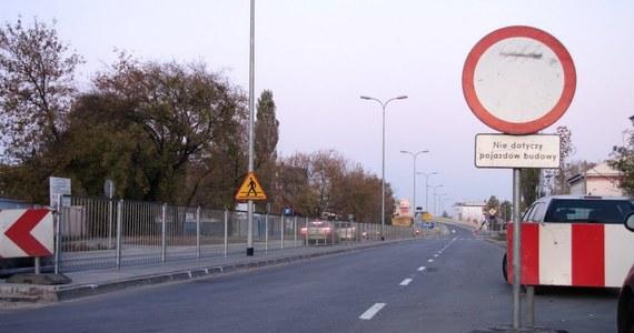 Wiadukt widmo przy ulicy Cybernetyki w Warszawie. Od dwóch miesięcy kierowcy mogą tylko popatrzeć na gotowe estakady i stojący przy nich zakaz wjazdu. A urzędnicy nie potrafią jednoznacznie odpowiedzieć, kiedy wreszcie ta nowa droga zostanie otwarta.