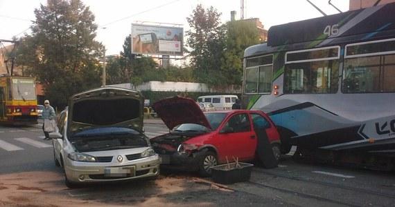 Całkowicie zablokowana jest ulica Gdańska przy Struga w Łodzi po zderzeniu tramwaju z dwoma samochodami. Na ulicy utknęło kilkanaście tramwajów, które uniemożliwają przejazd i całe centrum miasta stanęło w korkach.