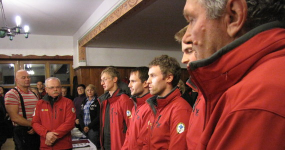 Pięciu ratowników zasiliło szeregi Tatrzańskiego Ochotniczego Pogotowia Ratunkowego. Przez dwa lata przechodzili szkolenia i staż. Z 20 kandydatów, tylko czterech w tym kroku zdało ratowniczy egzamin i mogli na ręce naczelnika złożyć przysięgę ułożoną ponad sto lat temu.