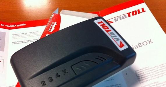 Firma Kapsch odpowiedziała na nasze pytania dotyczące nieprawidłowości w funkcjonowaniu systemu Viatoll na które od kilku miesięcy skarżą się kierowcy ciężarówek. Jak informowaliśmy pod koniec listopada zostaną naliczone pierwsze kary dla Kapscha. Generalna Dyrekcja Dróg wylicza właśnie tak zwane punkty karne za poszczególne uchybienia, ich łączna wartość pomniejszy miesięczne wynagrodzenie wykonawcy.