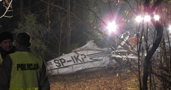 Przed południem specjaliści przeprowadzą oględziny wraku awionetki, która rozbiła się na Śląsku. Wczoraj tylko wstępnie obejrzeli szczątki samolotu. W wypadku zginęły 4 osoby. Ofiary to Polacy - dwie kobiety i dwóch mężczyzn.