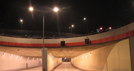 Kierowcy z Krakowa mogą już korzystać z tunelu pod Rondem Ofiar Katynia, największej drogowej inwestycji w mieście. Do użytku został oddany cały trzypoziomowy węzeł. Pierwotnie planowano otwarcie na grudzień ubiegłego roku.