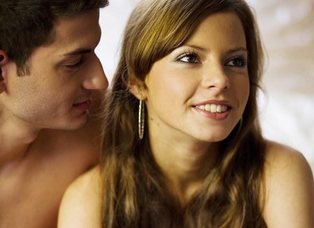 Jest wysyła gdy kobietą jakie zainteresowany facet sygnały Niewerbalne oznaki