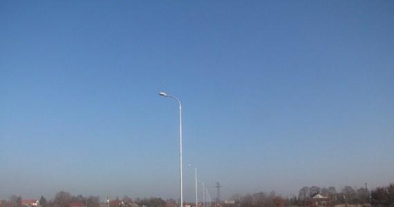 Małopolska gmina Kłaj nie chce przejąć oświetlenia na nowym 800-metrowej długości odcinku drogi. Jak twierdzi, jest ich za dużo i stoją za blisko siebie. Firma budująca trasę uważa, że latarnie zostały ustawione zgodnie z przepisami i normami.