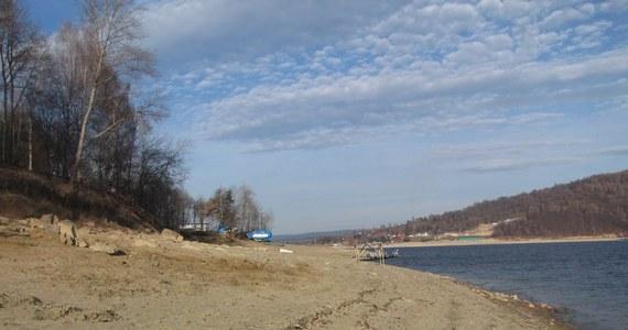 Kilka ton śmieci udało się zebrać z brzegów Zbiornika Solińskiego. Okazja do sprzątania jest wyjątkowa, ponieważ poziom wody jest tak niski, że suchą stopa można wejść nawet kilkadziesiąt metrów w głąb jeziora. Taka sytuacja spowodowana suszą zdarzyła się po raz pierwszy od kilku lat.