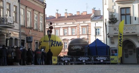 """Rynek w Rzeszowie - to tam rozdawaliśmy """"choinki pod choinkę"""" od RMF FM. Zabraliście do domów tysiąc pachnących drzewek. Jak zwykle było także wielu chętnych do wzięcia udziału w naszym świątecznym karaoke."""