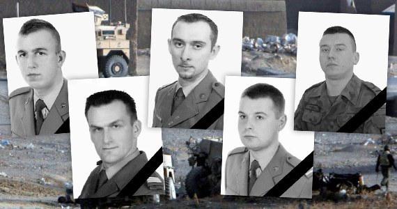 W ataku w Afganistanie zginęli st. kpr. Piotr Ciesielski, szt. szer. Łukasz Krawiec, st. szer. Marcin Szczurowski, st. szer. Marek Tomala i szer. Krystian Banach. Wszyscy służyli w 20. Bartoszyckiej Brygadzie Zmechanizowanej. Najmłodszy miał 22 lata, najstarszy był w wieku 33 lat.