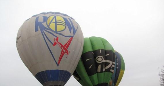 """Oświadczyny przyjęte. Pary, które wylosowały lot balonem nad Krakowem, szczęśliwie wylądowały. Magiczne """"wyjdę za Ciebie"""" zostało wypowiedziane dwa kilometry nad ziemią. """"To są niezapomniane wrażenia"""" - mówili Agata i Mateusz, szczęśliwi narzeczeni."""