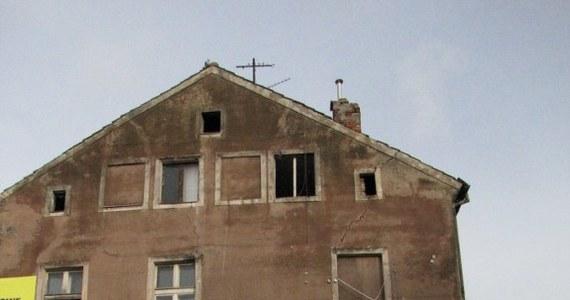 W środę rano wybuchł pożar w niszczejącej kamienicy przy ul. Pieniężnego w Olsztynie. Zginął mężczyzna, najprawdopodobniej bezdomny. W tym budynku straż pożarna musi interweniować co kilka miesięcy.