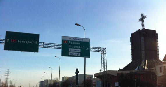Jak wyjechać z Warszawy? Zastanawiają się kierowcy, którzy w drodze powrotnej z ferii mają stolicę na swojej drodze. I choć Zarząd Dróg Miejskich chwali się, że ustawił 80 nowych drogowskazów, to jednak część z tablic kieruje na trasy, które wciąż są w budowie. Poza tym w Warszawie w wielu miejscach wciąż brakuje drogowskazów. Mimo zapowiedzi w stolicy wciąż nie powstała bowiem kompleksowa strategia oznakowania.