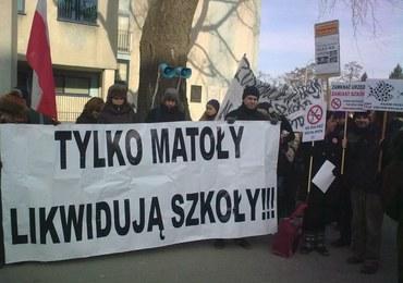 """Protesty rodziców w Warszawie. """"Zamykacie szkoły, przegracie wybory!"""""""