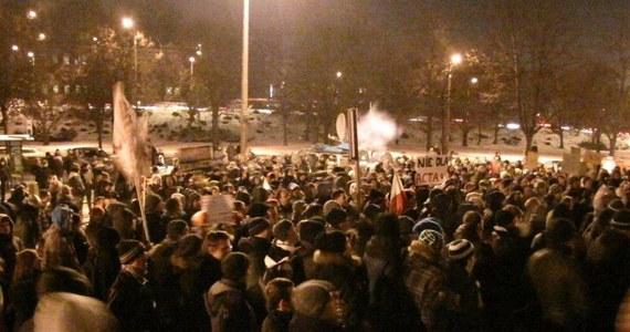Około 500 osób protestowało we wtorek w Gdańsku przeciwko porozumieniu ACTA. Po pikiecie przed urzędem wojewódzkim większość uczestników demonstracji zorganizowała marsz główną ulicą miasta. Część manifestantów przeszła przed dom premiera w Sopocie. Budynek otoczyło około 200 policjantów.