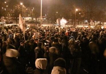 Protesty przeciw ACTA w Trójmieście, demonstranci przed domem premiera