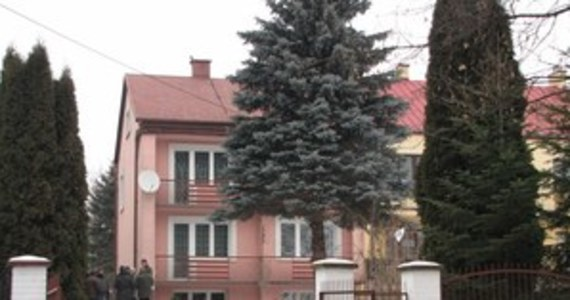 Kobieta przyznała się do zamordowania swojej córki i wnuczki. Do tragedii doszło w poniedziałek w małopolskich Słomnikach. 60-latka kilkanaście razy uderzyła nogą od stołu dwie kobiety. We wtorek sąd aresztował podejrzaną o podwójne zabójstwo na trzy miesiące.