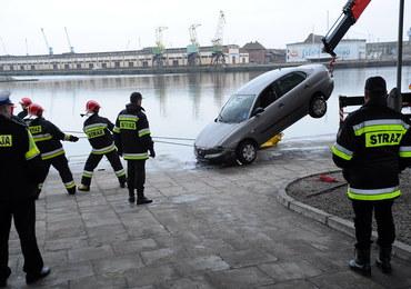 Auto wpadło do Odry w Szczecinie, kierowca nie przeżył