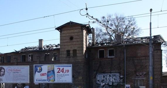 Prokuratura umorzyła śledztwo w sprawie pożaru zabytkowej zajezdni tramwajowej w Gdańsku. Budynek został podpalony we wrześniu zeszłego roku. Sprawców nie wykryto, nie dopatrzono się też zaniedbań ze strony właścicieli zabytku - dowiedział się nasz reporter Kuba Kaługa.