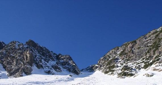 """W weekend w Tatrach, po polskiej i słowackiej stronie granicy, zginęło w sumie pięć osób, a ponad 20 zostało rannych. Większość wypadków wydarzyła się na oblodzonych szlakach lub stromych stokach. """"Mamy teraz tak zwane szklane góry"""" - ostrzega ratownik dyżurny TOPR Jakub Hornowski. By uprawiać turystykę zimową nieodzowny jest odpowiedni sprzęt - przede wszystkim raki i czekan. Ekwipunek jednak niewiele pomoże, jeśli turysta nie będzie wiedział jak go użyć, a od tego może zależeć nawet życie."""