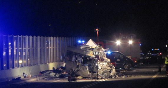 Osiem osób zginęło, a 10 jest rannych po zderzeniu busa i ciężarówki, do którego doszło na wiadukcie na drodze S69 w Przybędzy koło Żywca. Poszkodowani trafili do szpitali w Żywcu i Bielsku-Białej.