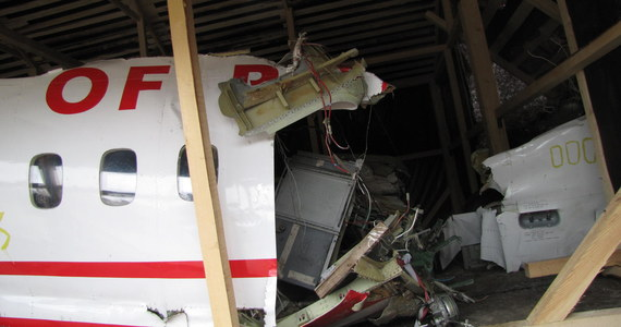 Dwa lata po katastrofie prezydenckiego tupolewa Rosjanie dopuścili grupę dziennikarzy do wraku maszyny. Rok temu szczątki Tu-154M leżały niemal pod gołym niebem - narażone na działanie śniegu, deszczu i wiatru. Dopiero niedawno zostały osłonięte blaszano - brezentowym zadaszeniem.