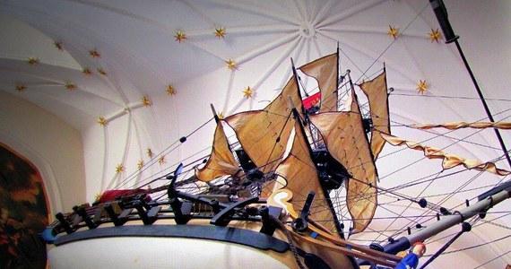 Niecodziennie porządki odbywają się w zabytkowym Dworze Artusa w Gdańsku. Dziś czyszczone są tam modele okrętów, wiszących na co dzień nad głowami zwiedzających. Statki, dzięki specjalnemu mechanizmowi są opuszczane na niewielką wysokość i odkurzane.