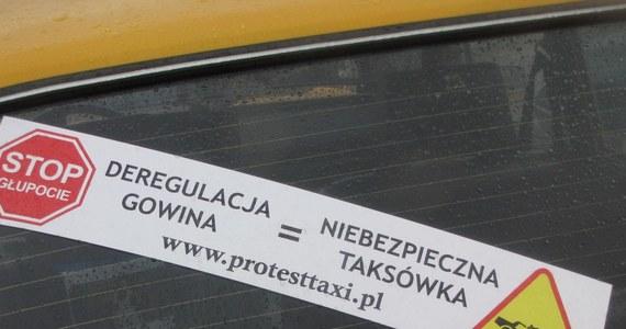 Kierowcy taksówek protestowali w Krakowie przeciwko zapowiadanemu przez ministra sprawiedliwości Jarosława Gowina otwarciu zawodów. Na ulice wyjechało ponad pół tysiąca taksówek.