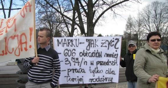 Ponad 100 mieszkańców Bełchatowa protestowało na ulicach miasta przeciwko likwidacji szkół i szkolnych stołówek. Protestujący nie zgadzają się także na podwyżki opłat za przedszkola i z brakiem dotacji do żłobków.