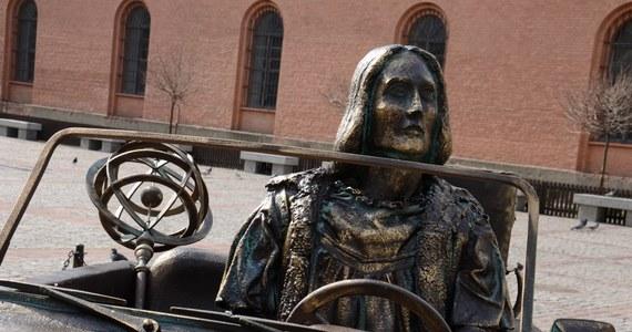 Kopernik w kabriolecie stylizowanym na lata 60., z walizką na tylnym siedzeniu. Taka rzeźba stanęła na Rynku Nowomiejskim w Toruniu i od razu podzieliła mieszkańców. Astronom za kierownicą ma promować przejazd autostradą A1 z Torunia do Gdańska.