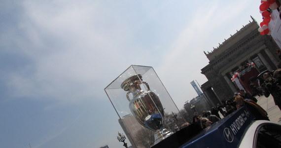 """Na niespełna 50 dni przed Euro Puchar Henri Delaunaya został zaprezentowany w Warszawie. """"Trofeum w Kijowie odbierze mistrz Europy, ale to my jako pierwsi mamy okazję go obejrzeć. Bardzo się z tego cieszę"""" - powiedziała  Hanna Gronkiewicz-Waltz, prezydent miasta."""