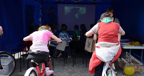 Kino zasilane... rowerami ustawili ekolodzy na Starym Rynku w Bydgoszczy. W ten nietypowy sposób chcą zachęcić mieszkańców, zwłaszcza najmłodszych, do korzystania z odnawialnych źródeł energii. By obejrzeć przygotowany film, trzeba nieustannie pedałować.