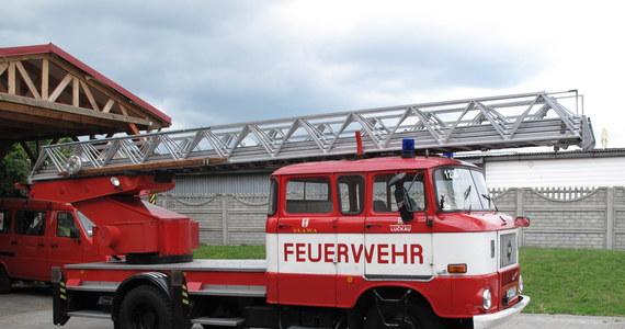 Dwa wozy strażackie - jeden gaśniczy, drugi z drabiną - stoją w remizie w lubuskiej Sławie. Choć samochody są sprawne, nie mogą brać udziału w akcjach. Polacy otrzymali je od ochotników z niemieckiego Luckau, gdzie przez 20 lat pomagały w gaszeniu i ratowaniu ludzi. W Polsce nie mogą tego robić bez uzyskania odpowiedniego certyfikatu. Strażaków ze Sławy nie stać na opłacenie drogich badań kontrolnych.