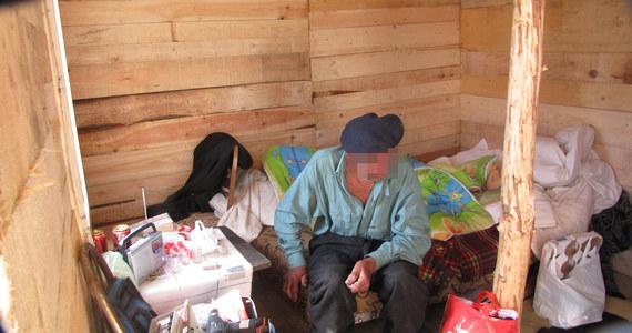 Dramat 89-letniego mieszkańca Kołobrzegu. Spłonęła lepianka przy torach kolejowych, w której mieszkał od ponad 20 lat. Pan Stanisław ma mieszkanie komunalne, ale oddał je rodzinie. Wnuk zbił dziadkowi niewielki domek z desek. 89-latek innej pomocy nie chce przyjąć.