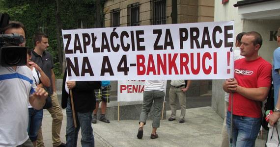 Kilkudziesięciu przedsiębiorców, oszukanych przy budowie autostrady A4 na Podkarpaciu i w Małopolsce, przyjechało do Sejmu. Chcą przyspieszenia prac nad ustawą, która pozwoli odzyskać część zaległych wypłat.