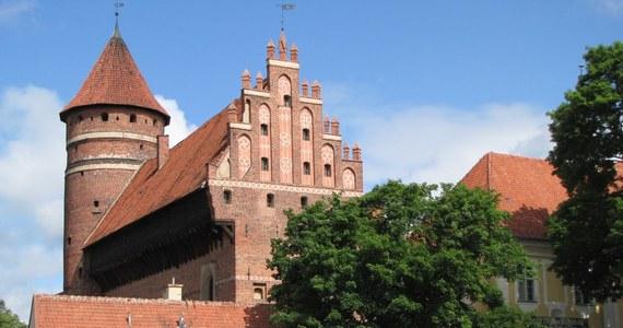 Muzeum Warmii i Mazur w Olsztynie straci ministerialną dotację na remont zabytkowej więźby dachowej olsztyńskiego zamku. Powód - brak pieniędzy na wkład własny, wynikający z niezgrania biurokratycznych terminów. Teraz muzeum grożą kary od konserwatora zabytków.