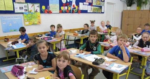 """Do lubelskich szkół pójdzie od września dużo mniej sześciolatków niż w tym roku szkolnym. W niektórych placówkach będzie ich nawet o połowę mniej. """"W tym roku sześciolatki poradziły sobie, bo musiały""""- mówi w rozmowie z reporterem RMF FM Krzysztofem Kotem wicedyrektor Szkoły Podstawowej nr 30 w Lublinie. Dodaje, że nie obyło się bez problemów."""