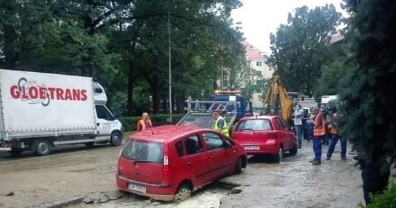 Na Rondzie Powstańców Śląskich we Wrocławiu pękła rura o średnicy pół metra. Woda rozlewała się na ulice, tworzyły się potężne korki. Nadal nie wiadomo, co jest przyczyną awarii. Informację dostaliśmy na Gorącą Linię RMF FM.