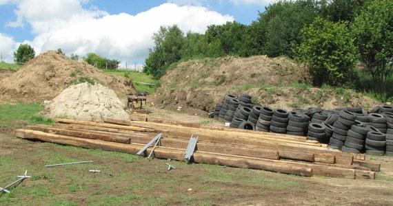 Pierwszy w Polsce Earthship, czyli dom budowany tylko z surowców wtórnych, powstaje na prywatnej działce w Mierzeszynie niedaleko Gdańska. Budynek zostanie wzniesiony głównie ze starych opon, zużytych puszek, gliny i zbrojeń znalezionych na złomowiskach. Budowa ma zakończyć się jesienią.