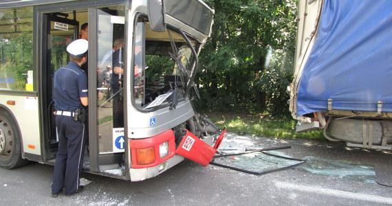 Siedemnaście osób zostało rannych, w tym trzy ciężko, po zderzeniu autobusu komunikacji miejskiej i ciężarówki w Tarnowskich Górach. Informację o wypadku dostaliśmy na Gorącą Linię RMF FM.
