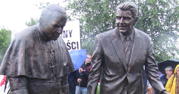 W strugach deszczu odsłonięto dziś w Gdańsku pomnik dwóch wybitnych osobistości, które miały ogromny wpływ na najnowszą historię Polski. Na Przymorzu stanęły spiżowe figury Jana Pawła II i byłego prezydenta USA Ronalda Reagana.