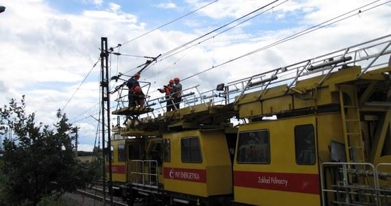 Po wczorajszych nawałnicach, które przeszły nad Polską, udało się już odblokować większość tras kolejowych. Ciężka sytuacja na torach utrzymywała się przez wiele godzin - m.in. w województwie pomorskim.