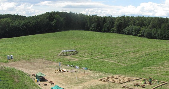 W miejscowości Bliziny w gminie Przywidz niedaleko Gdańska otwarto kukurydziany labirynt. Trasy, po których można się poruszać liczą około 4,5 kilometra ścieżek na prawie 3 hektarach powierzchni. Wzór w kształcie żaglowca zaprojektował Adrian Fisher - Brytyjczyk, który w latach 90. stworzył pierwszy taki labirynt.