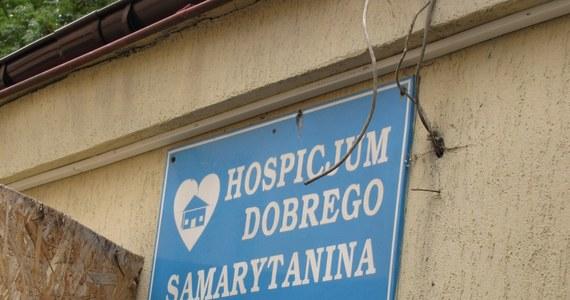 Co najmniej 700 tys. złotych potrzeba na dokończenie nowego pawilonu hospicjum Dobrego Samarytanina w Lublinie. Bez pomocy może zabraknąć pieniędzy na wypłaty dla robotników. Rocznie z pomocy placówki korzysta na miejscu blisko 300 osób, do kolejnych 600 dojeżdżają zespoły wyjazdowe, a potrzebujących jest co najmniej o połowę więcej.
