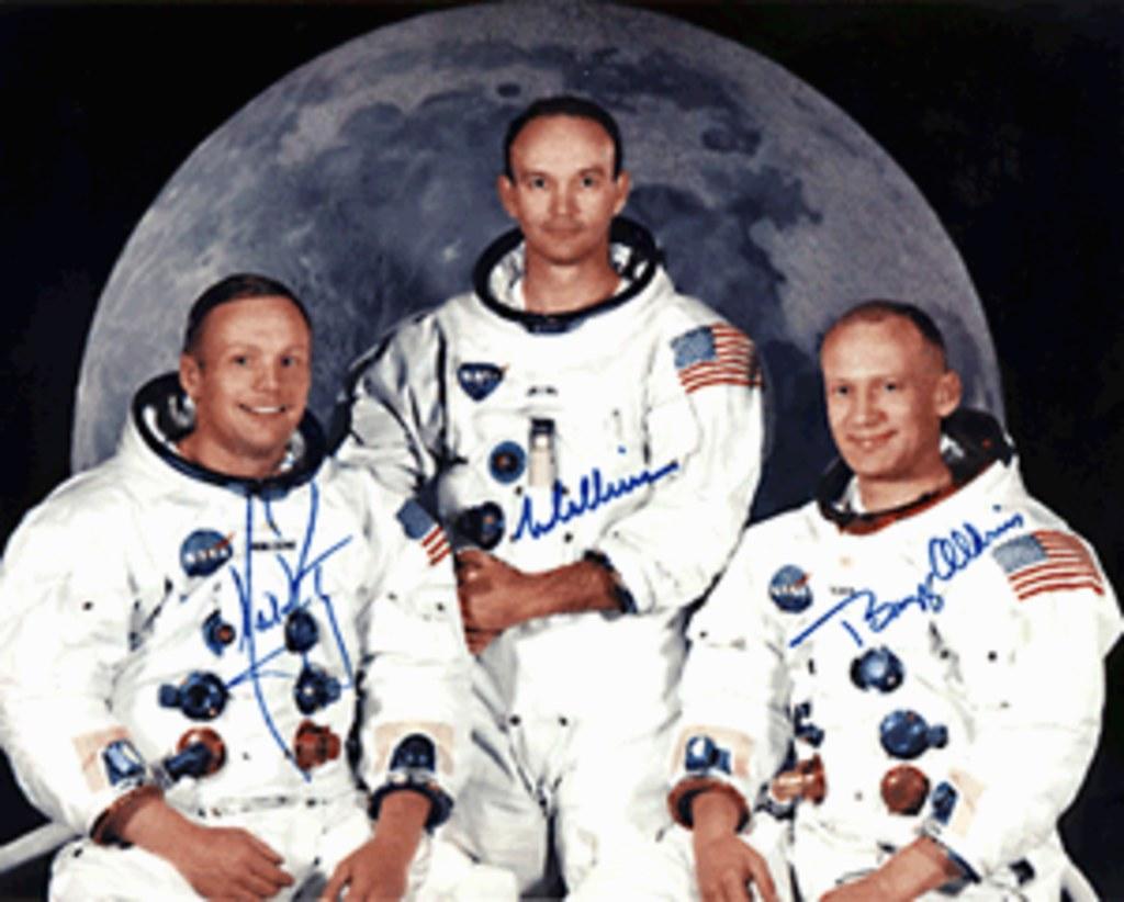Księżycowy spacer Neil`a Armstronga - Pierwsze lądowanie ...