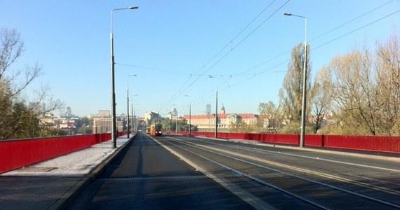 Władze Warszawy złupiły kierowców usiłujących korzystać z mostu Śląsko-Dąbrowskiego i Placu Wileńskiego. Ta trasa była zamknięta w związku z budową metra, a straż miejska bezwzględnie karała łamiących zakazy. Jak ustalił nasz reporter Piotr Glinkowski, kierowcom wystawiono aż 23 tysiące mandatów. Mogło się z tego uzbierać nawet 10 milionów złotych. Co ciekawe, mimo że w tym tygodniu most otwarto to... mandaty wystawiane są nadal.