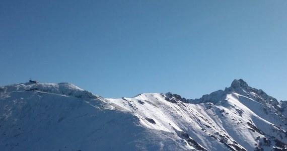 Jeszcze kilka tygodni temu w Tatrach było gwarno od turystów, a droga do Morskiego Oka przypominała deptak w centrum dużego miasta. Dziś w górach lato siłuje się już powoli z jesienią, a to oznacza, że warunki na szlakach, szczególnie w wyższych partiach gór, będą coraz trudniejsze. Ratownicy TOPR ostrzegają, że we wrześniu można się już spodziewać lokalnych oblodzeń czy opadów śniegu.