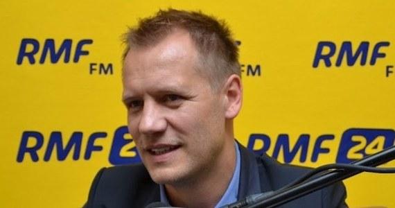 """""""Atmosfera w reprezentacji jest taka, jaka może być po Euro, gdzie oczekiwania nie zostały spełnione, i po pierwszym meczu nowego selekcjonera - z Estonią, który też był rozczarowaniem"""" - przyznaje w rozmowie z reporterem RMF FM Maciejem Jermakowem dyrektor kadry ds. kontaktu z mediami Tomasz Rząsa. """"Przed eliminacjami MŚ zrobiliśmy wszystko - bardzo dobre przygotowania, treningi, wykorzystaliśmy do maksimum ten czas, który był, na poznanie najbliższych przeciwników, czyli Czarnogóry i Mołdawii. Brakuje ostatniego, najważniejszego czynnika, który stworzy drużynę: wyniku"""" - mówi."""